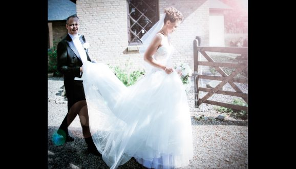 Bryllupsfotograf-Christina-Damgaard-Lene-Bo-Broholm-udenfor-slaeb