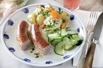 Uge-29_2018_Medister-med-nye-kartoffler,-gulerødder-og-spidskål-i-persillecreme-med-lyn-agurker.